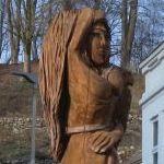 Oberkörper einer Frauenfigur, die aus Holz geschnitzt ist