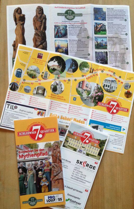 Auf dem Foto sind Vorder- und Rückseite des Faltblattes mit bebilderten Straßenkarte und Fotos der Stromkästen zu sehen.