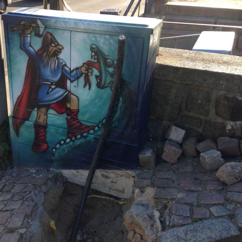 Thor kämpft auf diesem Foto weniger gegen die Midgard-Schlange, sondern gegen ein dickes Stromkabel, das wegen aktueller Erdarbeiten direkt vor der Schlangenabbildung aus der Erde ragt.